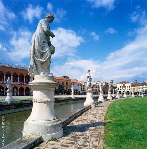 Fototapeta Padova. Prato della Valle. Canale con statue di Personaggi.