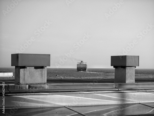 Canvas Print Grayscale of steamship leaving the port