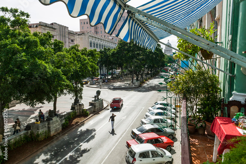 Foto The Prado boulevard seen from above with the dome of the Capital building at the end of the street, Havana, Cuba