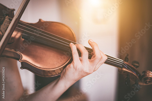 Foto Practicing classical music and violin concept: Young girl happily plays on her n