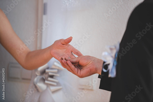 Foto Bride and the groom exchanging rings at the wedding ceremony