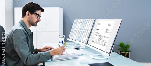 Fotografia Accountant Using Finance E Invoice Software