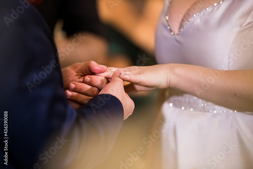 the time of the wedding ceremony when the bride and groom put the rings in hand Fotobehang