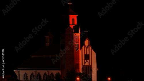 oświetlony kościół nocą