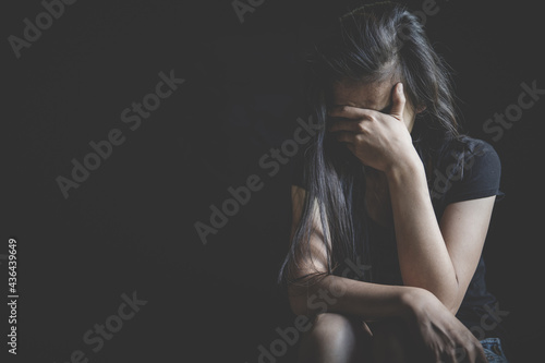 Photo Young depressed woman, domestic violence and rape