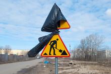 Znak Ostrzegawczy Roboty Drogowe Zasłonięty Czarną Folią