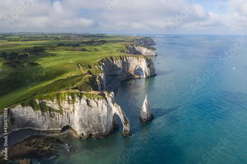 Fotografiet Vue aérienne de la Côte d'Albâtre et des célèbres falaises d'Etretat, en Normandie, en France