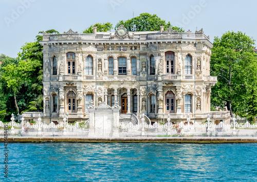 Fotografia View from the waters of Bosporus Strait on Kucuksu Palace, a historic Neo-Baroqu