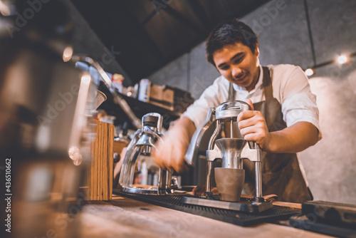 Canvastavla professional barista making hot drink espresso black coffee on vintage wooden ta
