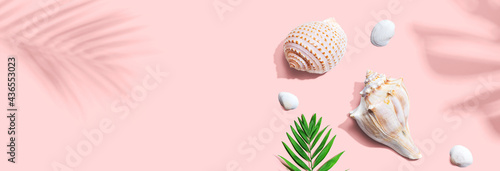 Valokuva Summer concept with seashells and a palm leaf
