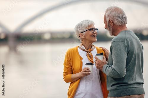 Carta da parati Senior husband, complimenting his wife.
