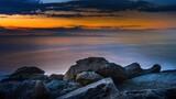 Fototapeta Fototapety z morzem do Twojej sypialni - Skały na wybrzeżu morza Adriatyckiego w Grecji o wschodzie słońca