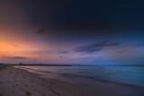 Fototapeta Fototapety z morzem do Twojej sypialni - Molo na wybrzeżu morza Adriatyckiego o wschodzie słońca