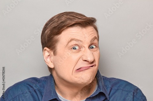 Photo Portrait of funny man grimacing and making goofy crazy face