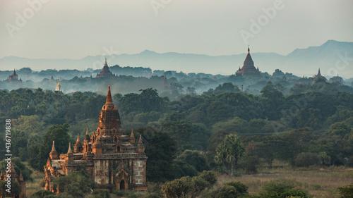 Photo Sunrise over pagodas in Bagan, Myanmar.