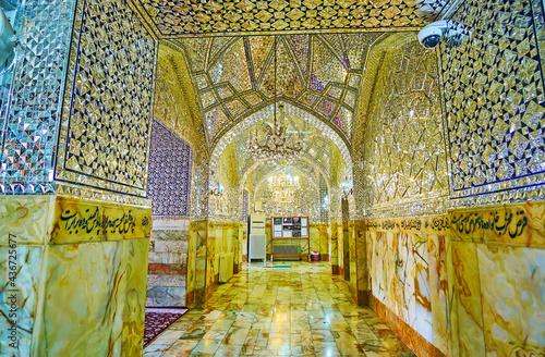 Платно The long corridor of Imam Zadeh Jafar Shrine, Yazd, Iran