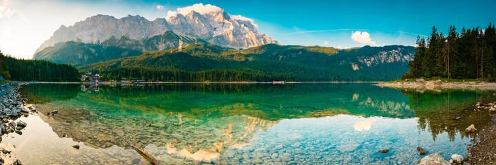Eibsee Panorama mit Zugspitze - Berge und See in den Alpen