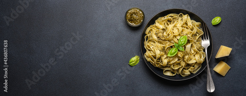 Fotografiet Pasta with pesto sauce, parmesan cheese and basil