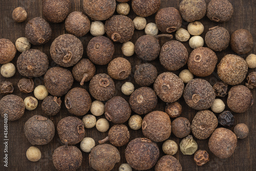 Papel de parede Allspice and hot peppers of different sizes and colors