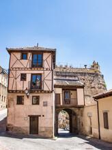 Puerta De San Andrés Y Arquitectura Medieval En La Zona Sur De La Muralla De Segovia, España