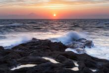 神奈川県・荒波打ち寄せる初夏の城ヶ島の夕日