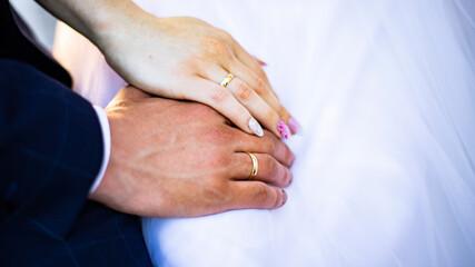 ślub piękne obrączki para młoda dłonie