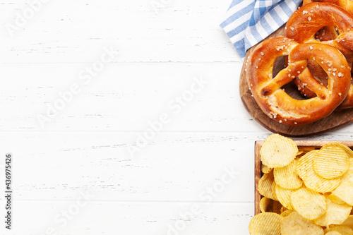 Fresh baked homemade pretzel and potato chips Fototapet