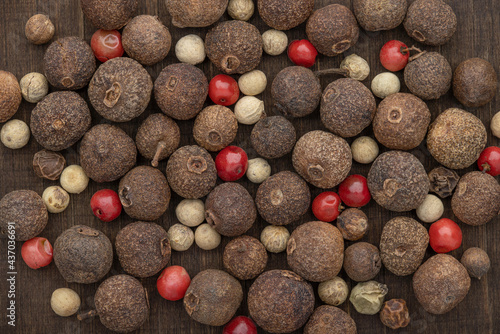 Fotografia Dry peas of allspice and hot peppers of different sizes