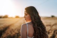 Chica Joven Atractiva Posando En Campo De Trigo Al Atardecer Con Tonos Dorados