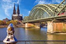 Kölner Dom Und Hohenzollernbrücke Im Hintergrund Und Mit Fernglas Im Vordergrund