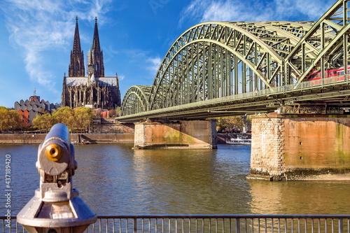 Kölner Dom und Hohenzollernbrücke im Hintergrund und mit Fernglas im Vordergrund Fotobehang