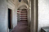 Architektura stare korytarze za sklepieniami i kamienną posadzką