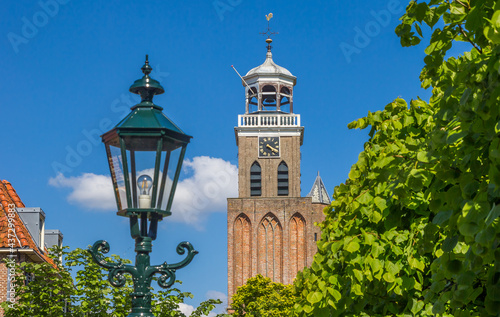 Foto Street light in front of the historic church tower of Vollenhove, Netherlands