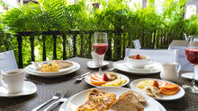 Desayuno En La Mañana O Merienda En Las Tar En Hotel Con Fruta Fresas Melon Sandia Huevos Revueltos Tostadas Mantequilla Con Mermelada Jugo De Mora Cereales Con Yogurt