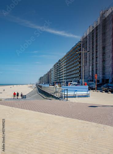 Canvas Apartment buildings on the Belgian coast with boulevard and beach on a sunny da
