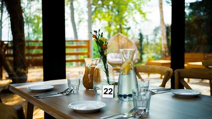 nakryty stół w restauracji