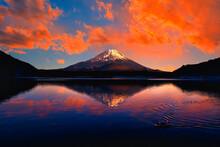 富士山の美しい夕焼け雲