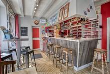 Photo D'un Bar Tabac Avec Comptoir Et Espace De Vente