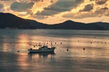 小舟が浮かんでいる美しい瀬戸内海の風景