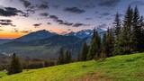 Widok na panoramę Tatr Wysokich z Rusinowej Polany w złotej godzinie