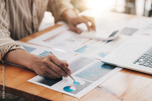Financial Business man analyze the graph of the company's performance to create Fotobehang