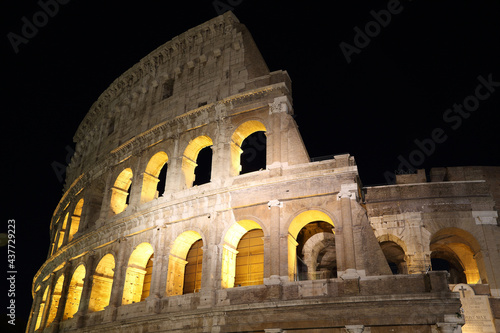 Photo Arches of the Roman Colosseum at night. Italy