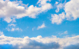 Piękne białe chmury na tle błękitnego nieba