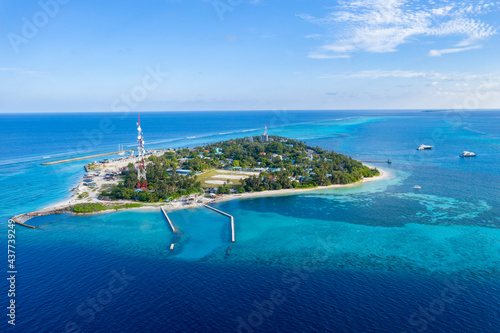 Fotografiet Aerial view of the Maldives island in the Indian ocean with a fishing village, m