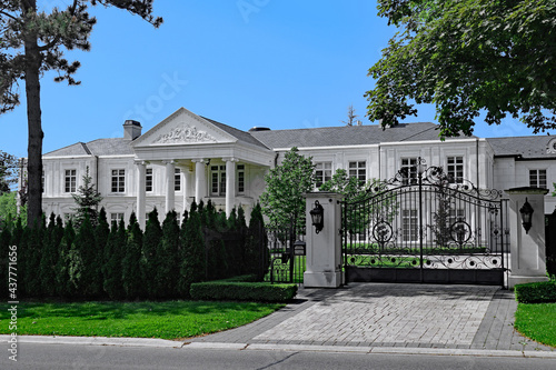 Fototapeta premium The Bridle Path area of Toronto emulates Beverly Hills, with large gated estates that cost tens of millions of dollars, many of them owned by celebrities or international business owners.