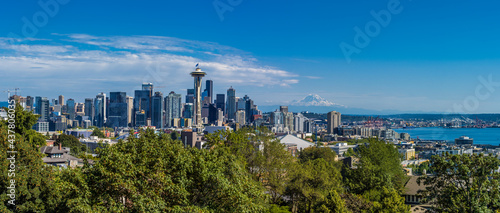 Stampa su Tela The view of Seatlle and Mount Rainier from observation deck in Kerry Park