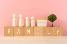 家族|「FAMILY」と書かれた積み木と人型オブジェと家と木のおもちゃ