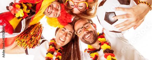 Fototapeta premium Gruppe glücklicher Fußballfans aus Deutschland feiern gemeinsam einen Meisterschaft Sieg