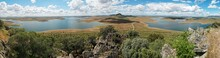 Panorama Del Embalse De La Serena Tomada Desde El Mirador De Masatrigo Con Las Rocas Del Monte En Primer Plano Y La Carretera De Acceso Visible