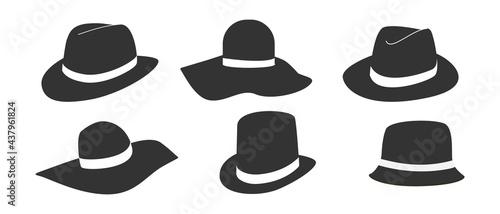 Foto A set of men's and women's headdresses